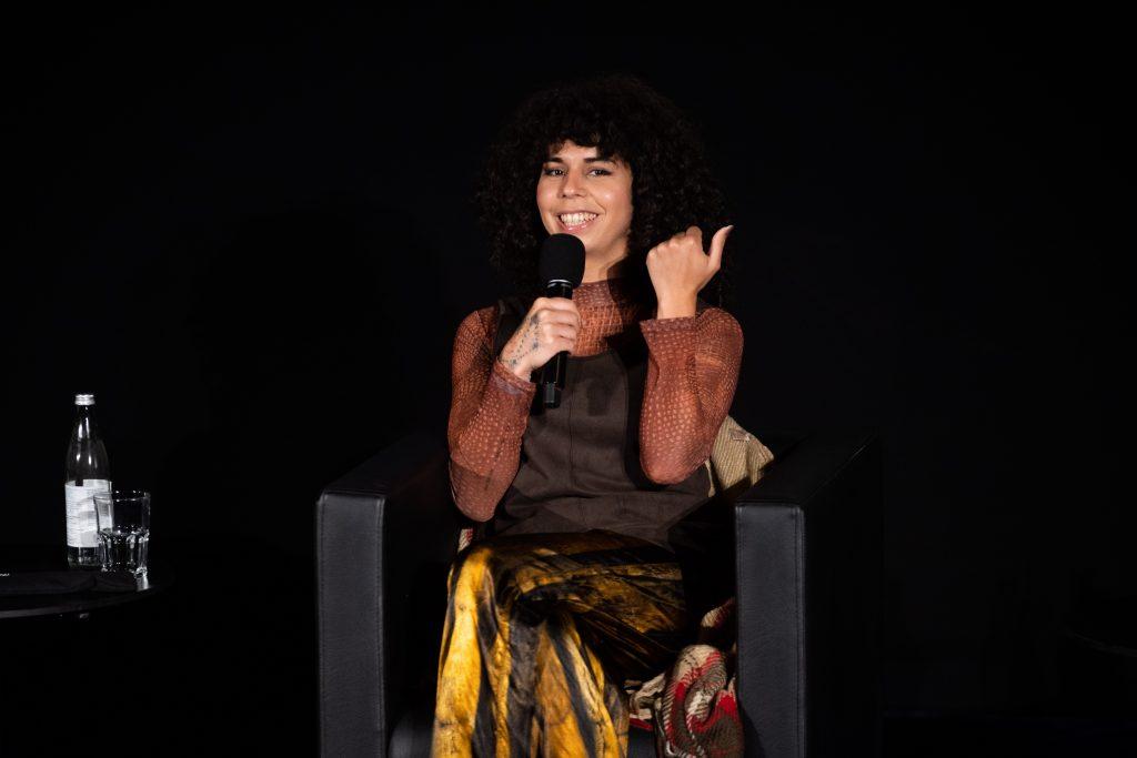 »Musikalische Brüchigkeit und widerständige Körperlichkeit – Inter/sektionen« (Sanni Est) / Talk @ Kino in der Kulturbrauerei – Photo: Camille Blake