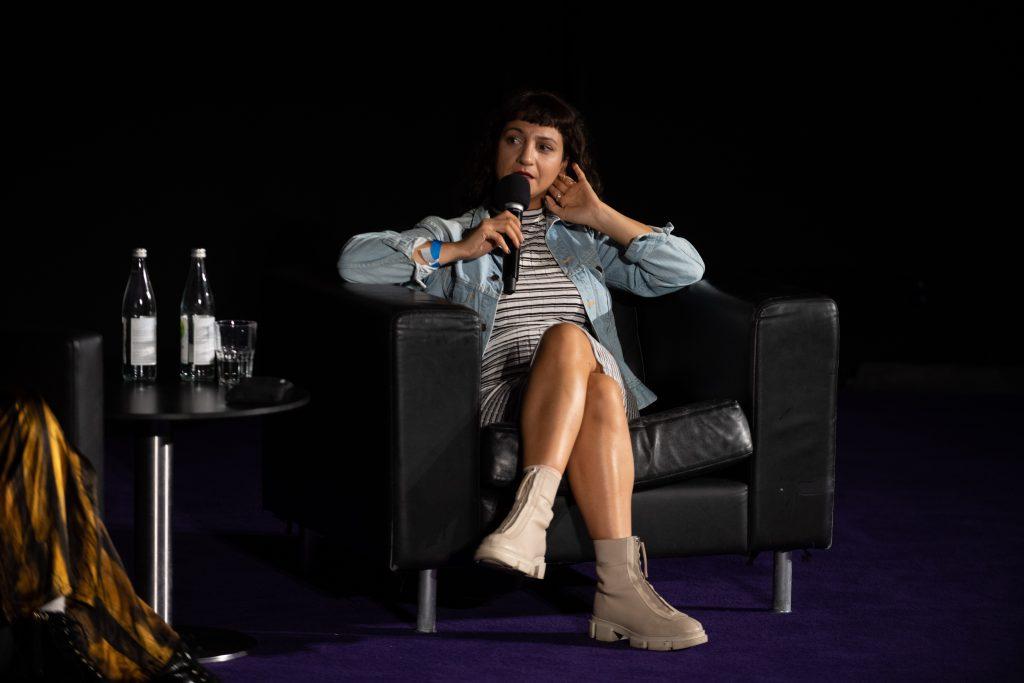 »Musikalische Brüchigkeit und widerständige Körperlichkeit – Inter/sektionen« (Jacqueline Saki Aslan) / Talk @ Kino in der Kulturbrauerei – Photo: Camille Blake